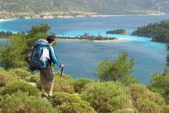 Wandelaar tegen blauw-hemelbaai Royalty-vrije Stock Foto