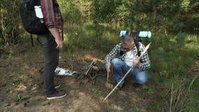 Wandelaar twee bereidt de brandplaats voor stock videobeelden