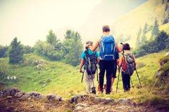 Wandelaarbackpackers die in bergen wandelen royalty-vrije stock foto