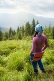 Wandelaarmeisje die berg van mening genieten royalty-vrije stock afbeeldingen