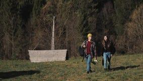 Wandelaarpaar die in bos met kaart wandelen Romantische wandelaars die van mening in mooi berglandschap genieten Langzame Motie stock video