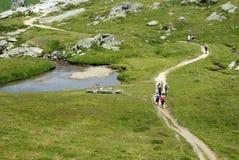 Wandelaars in bergen Royalty-vrije Stock Foto's