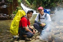 Wandelaars bij Chemperoh-waterval Stock Afbeelding