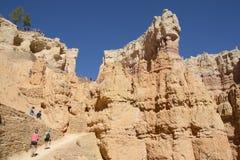 Wandelaars bij de proef van de Queenstuin in Bryce Canyon National Park in Utah Royalty-vrije Stock Fotografie