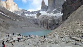 Wandelaars bij gletsjermeer onder Torres del Paine vorming Royalty-vrije Stock Foto's