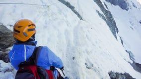 Wandelaars bij wandelingsexpeditie in Couloir-stadium naar de bergen van de Alpen van Mont Blanc n in Frankrijk royalty-vrije stock foto's