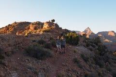 Wandelaars bij zonsondergang op Hoefijzermesa in Grand Canyon royalty-vrije stock afbeeldingen