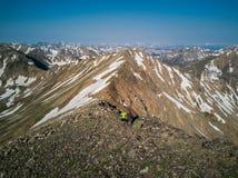 Wandelaars boven op de mooie bergen van de Sawatch-Waaier De Rotsachtige Bergen van Colorado royalty-vrije stock fotografie