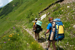 Wandelaars in de berg Stock Afbeeldingen