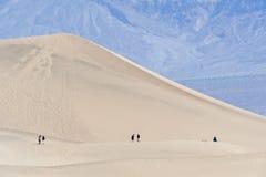 Wandelaars in de Vallei van de Dood Royalty-vrije Stock Foto's