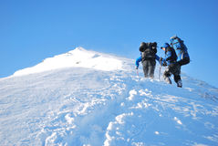 Wandelaars in de winterbergen Stock Afbeeldingen
