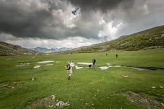 Wandelaars dichtbij Lac DE Nino in Corsica Stock Afbeeldingen