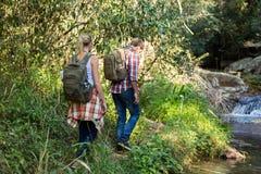 Wandelaars die berg lopen Royalty-vrije Stock Foto's