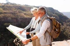 Wandelaars die kaart kijken Stock Foto's