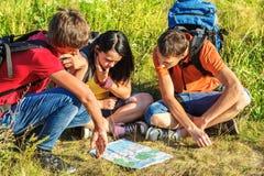 Wandelaars die op de kaart letten Stock Afbeelding