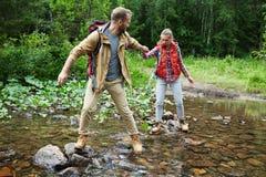 Wandelaars die rivier overgaan Royalty-vrije Stock Fotografie