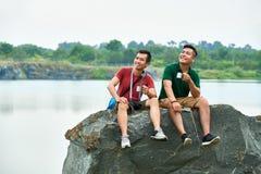 Wandelaars die van aard genieten stock afbeelding
