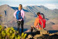 Wandelaars die van de mening vanaf de bergbovenkant genieten Royalty-vrije Stock Fotografie
