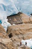 Wandelaars door gletsjer Royalty-vrije Stock Foto