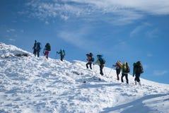 Wandelaars in een de winterberg, de Oekraïne, Karpaty Stock Fotografie