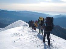 Wandelaars in een de winterberg, de Oekraïne, Karpaty Royalty-vrije Stock Foto's