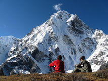 Wandelaars en berg Stock Foto's
