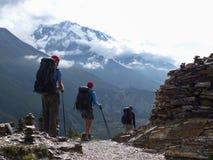 Wandelaars in herfsthimalayagebergte, mening aan Annapurna III royalty-vrije stock foto