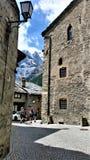 Wandelaars in Middeleeuwse Stad in Franse Alpen Stock Foto's