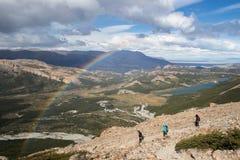 Wandelaars onder regenboog in Patagonië Stock Fotografie