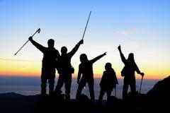 Wandelaars op berg stock foto's