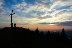 Wandelaars op bergpiek Stock Afbeelding