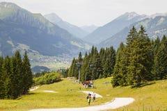 Wandelaars op Bergweg Royalty-vrije Stock Afbeelding