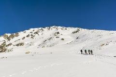 Wandelaars op de benadering van de top Stock Foto's