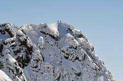 Wandelaars op de bovenkant van de berg Stock Afbeeldingen