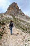 Wandelaars op de weg van het Dolomiet Royalty-vrije Stock Foto's