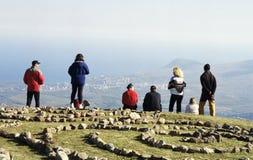 Wandelaars op een berg stock foto