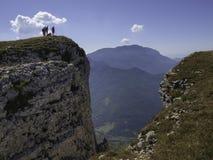 Wandelaars op een hogere rots in het DrÃ'me-gebied stock afbeeldingen
