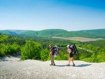 Wandelaars op een weg Stock Foto's