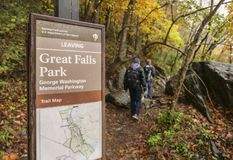 Wandelaars op Great Falls-Park in Virginia, Verenigde Staten Stock Foto's