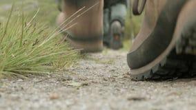 Wandelaars op het spoor noorwegen stock videobeelden