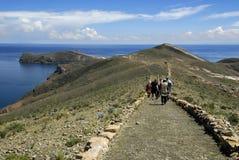 Wandelaars op Sleep Inca op Isla del Sol met Titicaca Royalty-vrije Stock Foto's