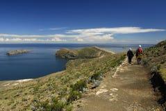 Wandelaars op Sleep Inca op Isla del Sol met Titicaca Stock Foto