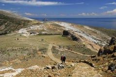 Wandelaars op Sleep Inca op Isla del Sol met Titicaca Stock Foto's