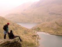Wandelaars op steile dagzomende aardlaag Stock Foto