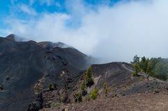 Wandelaars in vulkanisch landschap, La Palma, Canarische Eilanden, Spanje Stock Afbeeldingen