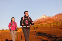 Wandelaarsmensen die - gezonde actieve levensstijl wandelen Stock Foto