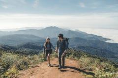 Wandelaarspaar op de Tijd van het bergavontuur stock afbeelding