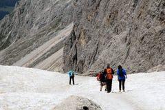 Wandelaarstrekking in de sneeuw Sassolungo, Italië Royalty-vrije Stock Fotografie