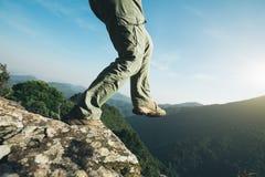 Wandelaartribune op de hoogste klip van de zonsopgangberg Stock Fotografie