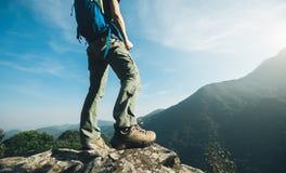 wandelaartribune op hoogste de klippenrand van de zonsopgangberg Stock Fotografie